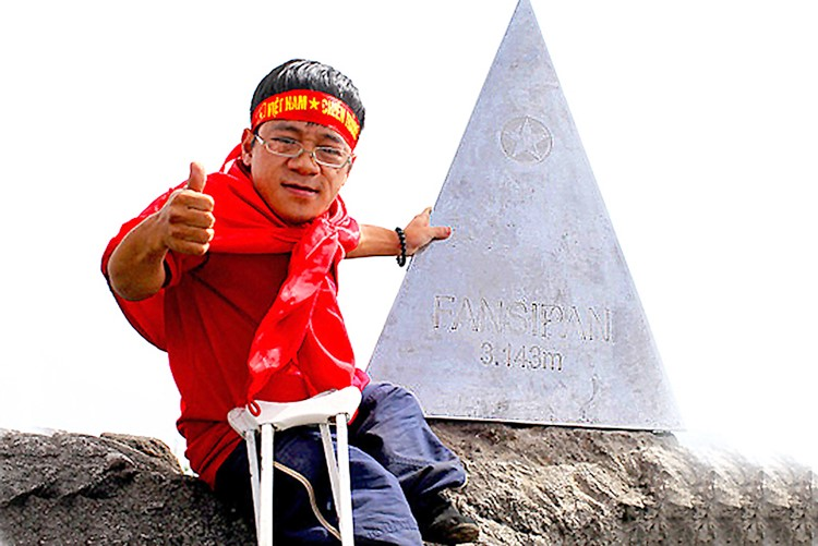 Nguyễn Sơn Lâm chinh phục đỉnh Fansipan trên đôi nạng gỗ. Ảnh: NVCC