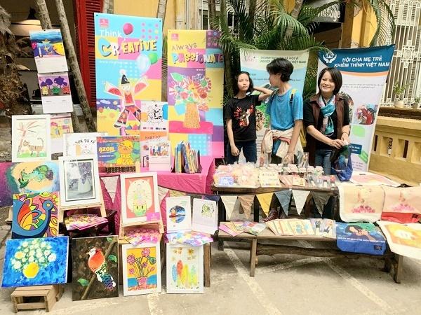 Chị Chử Thị Thanh Hướng giới thiệu những sản phẩm in tranh của trẻ khiếm thính. Ảnh NVCC