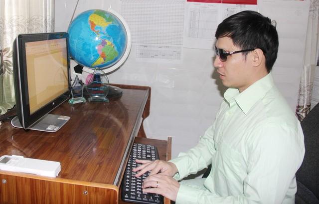 Cảnh làm việc với máy tính trong căn phòng của anh - Ảnh: NVCC