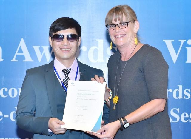 Bà Karen Lanyon, tổng lãnh sự Úc tại TP.HCM, trao chứng chỉ học bổng cho tân học viên Huỳnh Hữu Cảnh - Ảnh: Đại sứ quán Úc