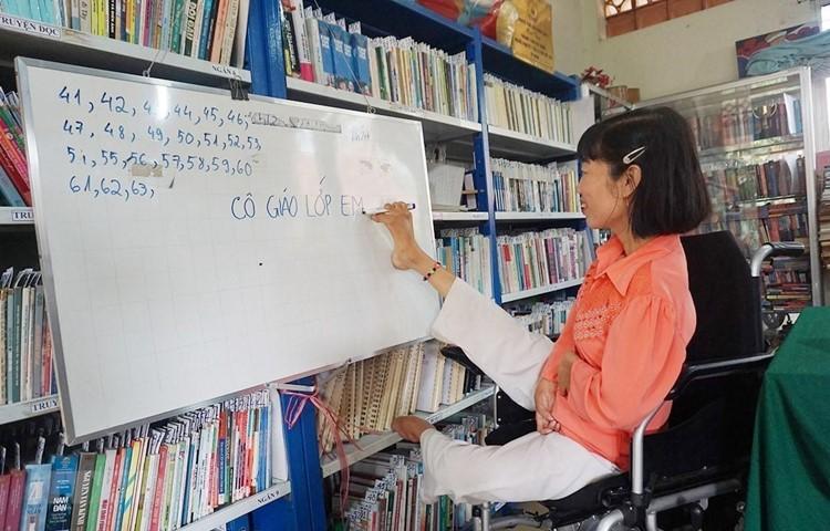 Dù bị liệt hai tay và một chân, nhưng chị Huỳnh Thị Xậm (quê Hậu Giang) đã nỗ lực vượt lên chính mình, trở thành người có ích cho xã hội. (Ảnh minh họa: Thu Hoài/TTXVN)