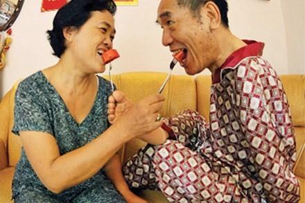Bất chấp khiếm khuyết thể chất và căn bệnh suy thận mãn của nhà giáo Nguyễn Ngọc Ký, hầu như cứ được ở bên nhau là hai vợ chồng ông lại ngập tiếng cười.