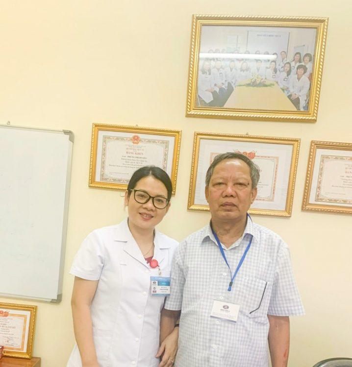 Bác Phan Văn Sang chụp ảnh cùng bác sĩ điều trị cho mình- TS.BS Phùng Thị Huyền, Trưởng khoa Nội Quán Sứ