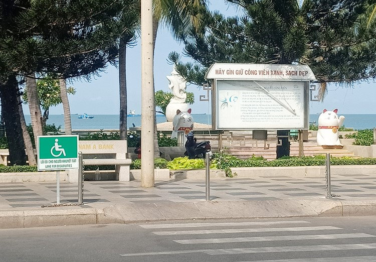 Một số vỉa hè, công trình công cộng đều được bố trí lối đi cho người khuyết tật. Trong ảnh: Lối đi dành cho người khuyết tật tại Công viên Bãi Trước, TP. Vũng Tàu.