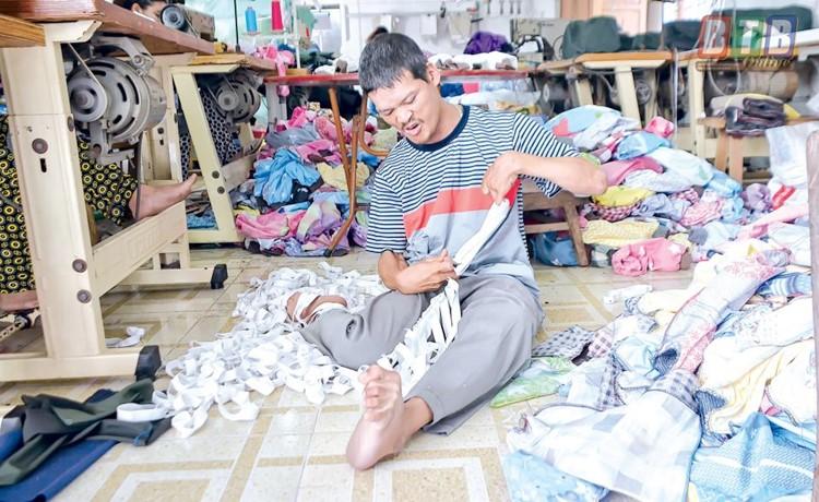 Người khuyết tật huyện Vũ Thư được tạo mọi điều kiện để làm việc.