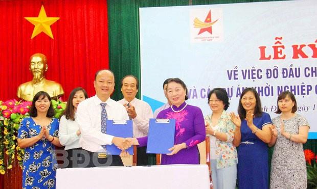 Hội Bảo trợ người khuyết tật và trẻ mồ côi Việt Nam cùng Hội Doanh nhân trẻ Việt Nam ký kết thỏa thuận hợp tác nhận đỡ đầu trẻ mồ côi có hoàn cảnh đặc biệt khó khăn và hỗ trợ, đỡ đầu cho các dự án khởi nghiệp của thanh niên khuyết tật.