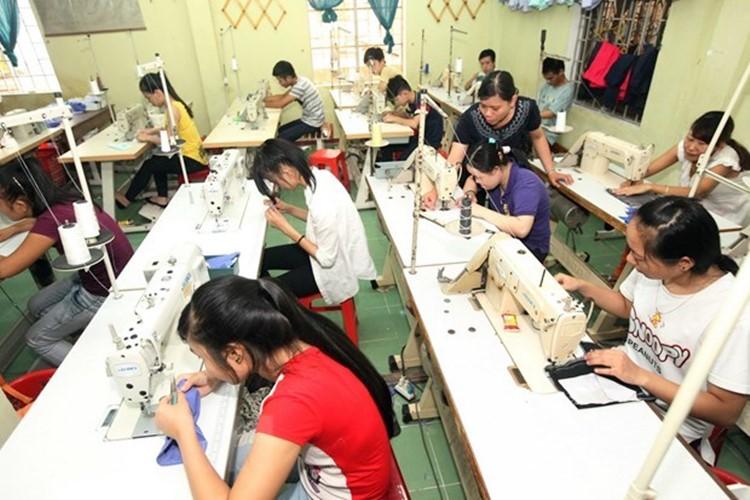 Dạy nghề may công nghiệp cho người khuyết tật ở Thừa Thiên-Huế. (Ảnh: Anh Tuấn/TTXVN)