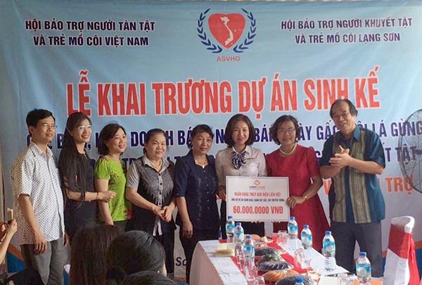 Đại diện Lãnh đạo Ngân hàng TMCP Liên Việt trao tài trợ cho tỉnh Hội Lạng Sơn