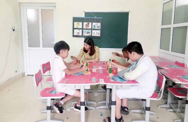 Dạy trẻ khuyết tật tại Trường Tiểu học Hải Xuân, TP Móng Cái, Quảng Ninh