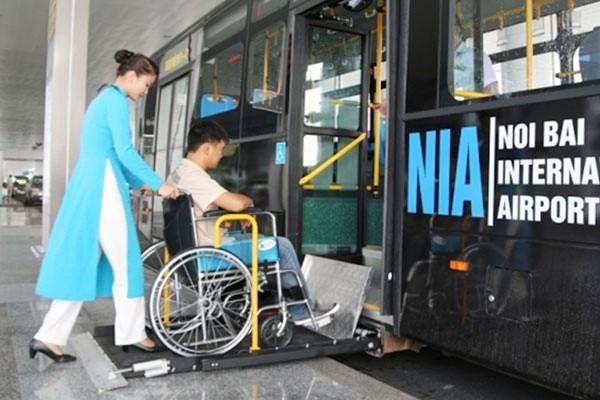 Ưu tiên hỗ trợ hành khách khuyết tật đi máy bay (Ảnh: Báo Giao thông)