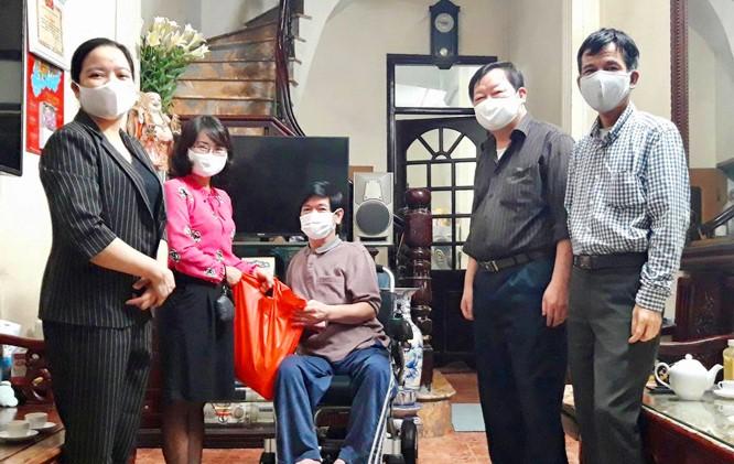 Đại diện UBND phường Cống Vị (quận Ba Đình) tặng quà cho người khuyết tật có hoàn cảnh khó khăn do đại dịch.