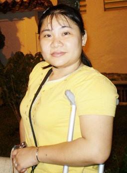 Chị là Huỳnh Ngọc Hồng Nhung, sinh năm 1977, ở Bạc Liêu, hiện là phó chủ tịch Hội Người khuyết tật TP Cần Thơ.