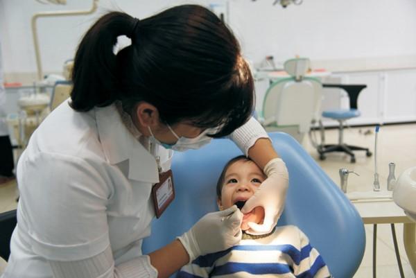 Khám và kiểm tra răng sữa cho trẻ tại Trung tâm kỹ thuật cao khám chữa bệnh Răng Hàm Mặt - Đại học Y Hà Nội