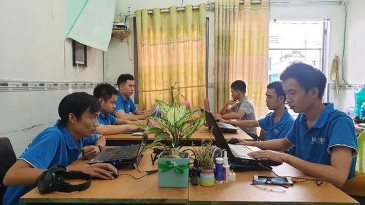 Anh Vinh (hàng đầu, bên trái) và những nhân sự cũng là người khuyết tật