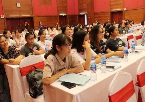 Sinh viên khoa Giáo dục Đặc biệt tham gia tập huấn mùa hè dưới sự hướng dẫn của các chuyên gia người Mĩ. Ản