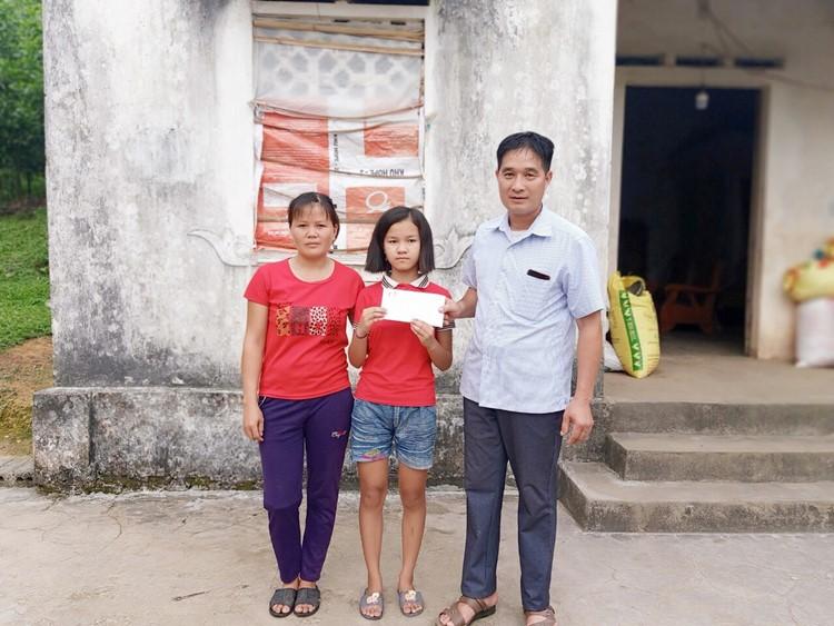 Với những em nhở ở bản xa, đi lại khó khăn, Quỹ Thiện Tâm gửi quà đến tận gia đình các em