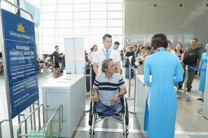Phục vụ khách di chuyển bằng xe lăn là một trong những dich vụ đặc biệt do Vietnam Airlines cung cấp miễn phí cho hành khách – Ảnh minh họa: Vũ Tuấn