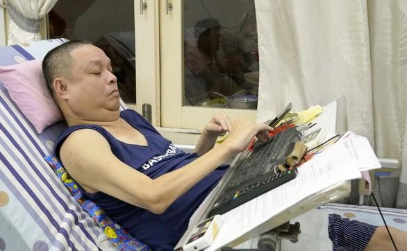 Ông Phạm Thanh Sơn làm việc trên giường – Ảnh: ĐÔNG HÀ