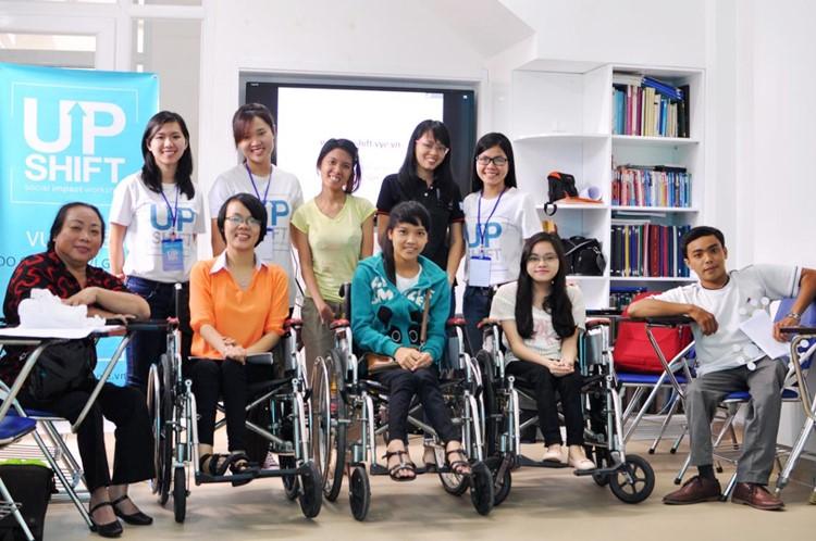 Kim Vân mặc áo thun xanh ở giữa, hàng đầu tiên trong buổi hướng dẫn tại Trung tâm Nghiên cứu và Phát triển Năng lực Người khuyết tật - Disability Research & Capacity Development (DRD Vietnam), Quận 9, Tp.HCM UPSHIFT Outreach