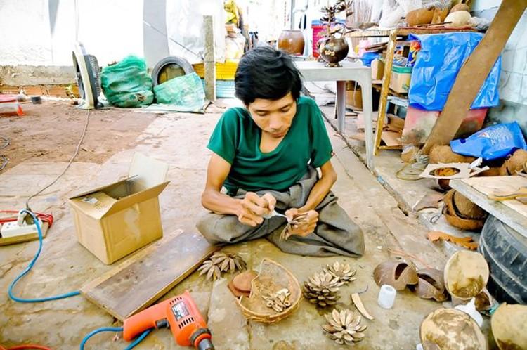 Anh Nghĩa tỉ mỉ sáng tạo những sản phẩm thủ công mỹ nghệ đẹp mắt từ gáo dừa  ẢNH: DUY TÂN