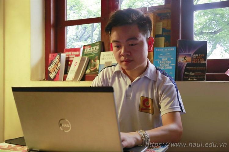 Nguyễn Quang Duy tại góc học tập của mình