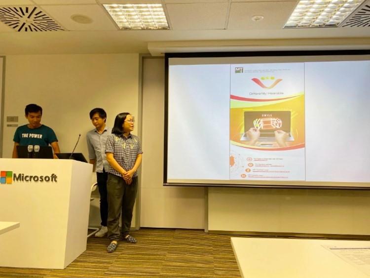 Chị Ngô Thị Thái và thành viên nhóm MTI Technology trình bày sáng kiến Smile (Goodluck MTV). Sáng kiến này cũng vừa được UNDP Việt Nam và chương trình hỗ trợ chuyên sâu từ Trung tâm Hỗ trợ Khởi nghiệp Sáng tạo Quốc gia vinh danh.