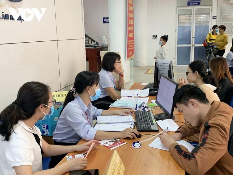 Người lao động và doanh nghiệp kết nối tại Phiên giao dịch việc làm.