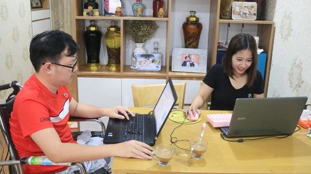 Hai vợ chồng anh Nho làm việc tại nhà.