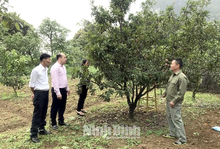 Ông Vũ Văn Lịch, thôn Tân Thành, xã Thạch Bình giới thiệu mô hình chuyển đổi sản xuất