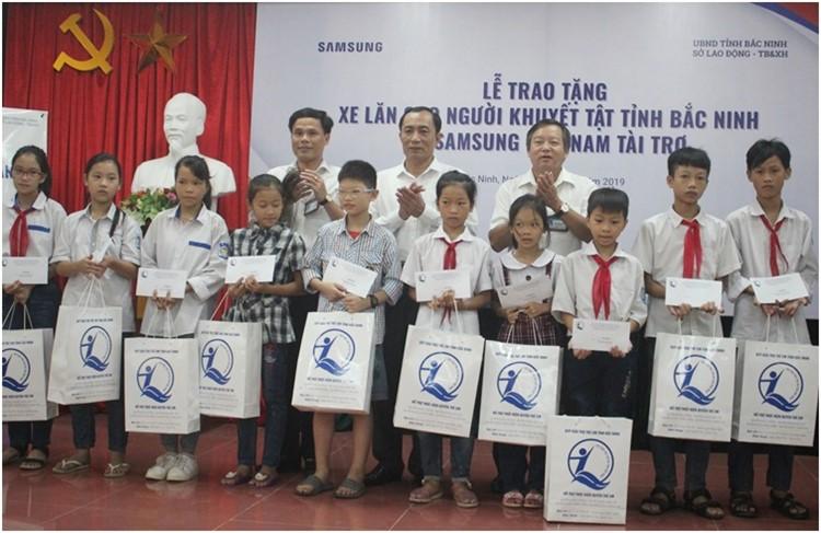 Đ/c Nguyễn Văn Phong-PCT UBND tặng quà và học bổng cho trẻ em có HCĐB