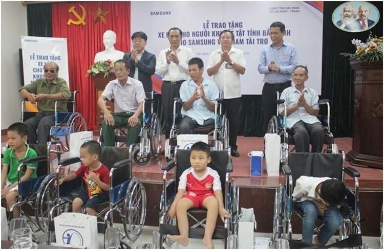 Lãnh đạo tỉnh và đại diện nhà tài trợ trao tặng quà và xe lăn cho người khuyết tật