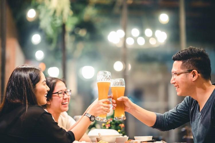Ăn uống dùng chung ly, đũa; ăn tại hàng quán không đảm bảo vệ sinh… là những nguyên nhân bạn mắc phải viêm gan A, E (Ảnh minh họa)