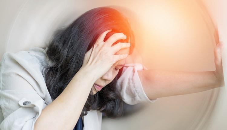Cơn chóng mặt đến bất chợt khiến cuộc sống gián đoạn, tâm lý hoang mang lo sợ (ảnh minh họa)