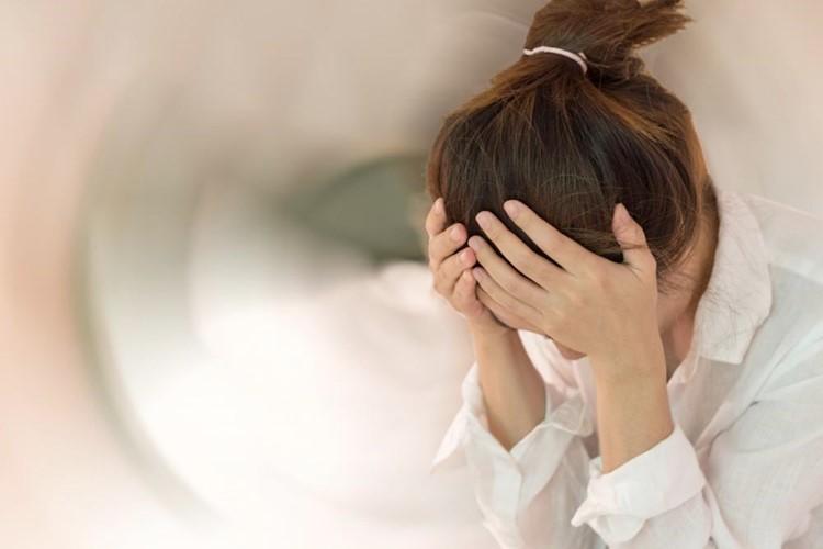 """Chóng mặt là triệu chứng tương đối phổ biến ở phụ nữ độ tuổi trung niên và nó có thể """"ghé thăm"""" bất kỳ thời điểm nào, bất kỳ ai từ người nội trợ đến kinh doanh, làm văn phòng. (Ảnh minh họa)"""