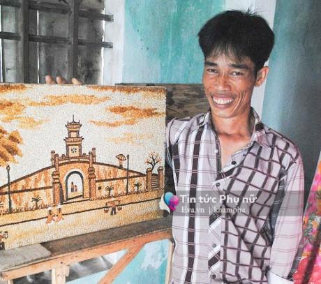 Anh Giang đang làm một bức tranh gạo