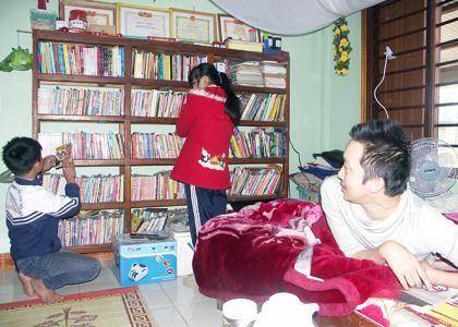 Niềm vui của anh Mai Tư Khoa khi thấy các em học sinh đến mượn sách.